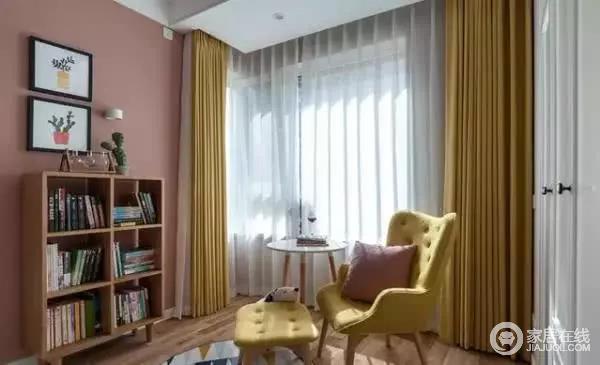 床尾摆放着一个小书架,用来存放书籍,一张椅子一张桌子,方便用来看书或是静坐,窗帘用黄色装饰,尽显优雅大方。