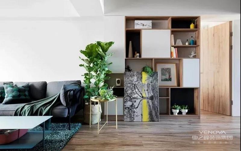 留白墙面木作一组兼具展示与储物的机能柜,搭配绿植与装饰画,一抹跳跃黄,让空间充满了活力