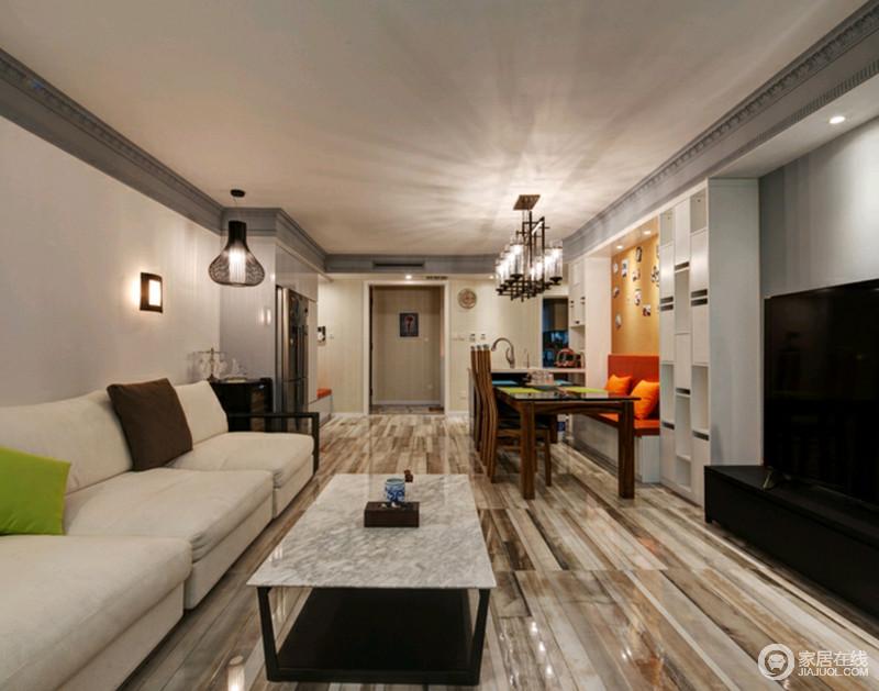 客厅开放式的格局,让整个空间更为自在,无拘束,原木纹地砖奠定了原始古朴,米白色的布艺沙发十分柔软,搭配大理石台面的茶几,让生活精致而大气。