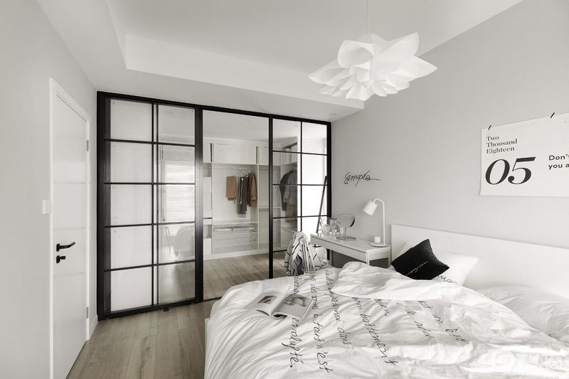 透过百叶窗洒落进来的光线,让人倍感温馨;网红黑白铁艺门,隔出衣帽间区域。
