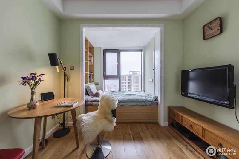卧室用木地板来铺贴地面,搭配简约风的实木家具,构成家的温实和朴质;榻榻米的定制设计既满足收纳之需,又契合空间的整体规划,格外大气舒适。