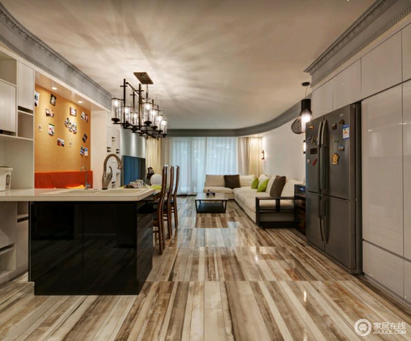 厨房的操作台位于餐厅的另一侧,既区分空间,也解决了生活操作上的不便,可谓实用才是王道。