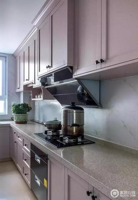 厨房装的是整体橱柜,门板颜色为浅粉色,浪漫有情调,门板的表面线条层次感强,显得很立体,柜子打得满满的,收纳空间很足。