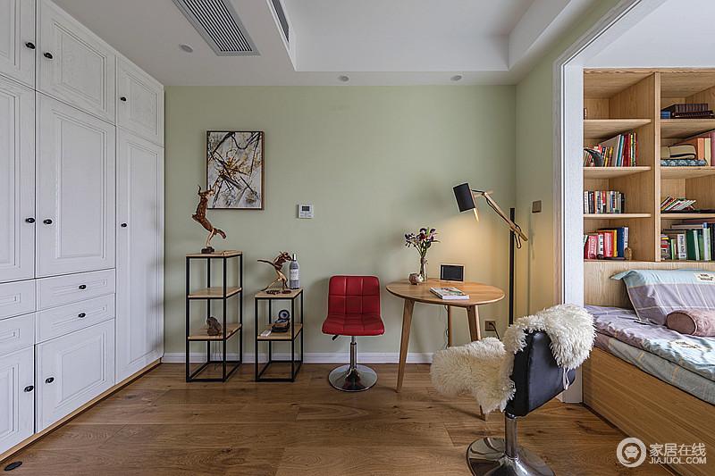 卧室一角,即使收纳架、圆几和台灯的错落有致,也形成了空间的别致和温馨,主人可以坐在毛茸茸地单椅上,享受一个的惬意。