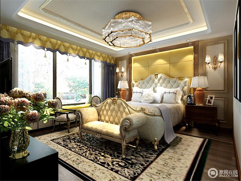 卧室双层吊顶更显结构感,水晶花式吊灯增加了空间的富丽堂皇,与淡黄色软包背景墙一气呵成,成就空间的亮丽;欧式金属镶边的双人床与床尾凳凸显了巴洛克的华丽,搭配古董台灯、欧式家具,成就生活的奢华与温馨。