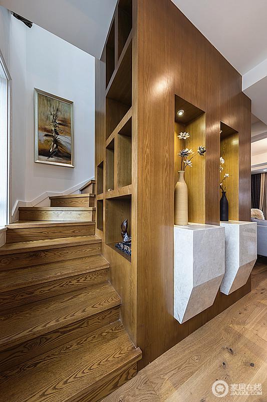 楼梯全部采用实木,和酒柜背景墙相呼应,实现收纳的同时,也将陈列艺术和结构艺术表现得淋漓尽致,颇为精致。