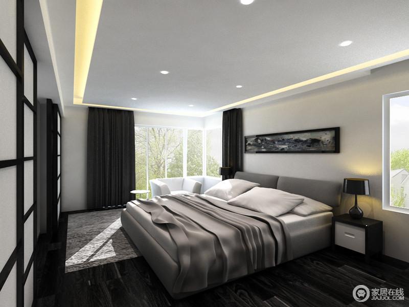 卧室规整,采光也好,虽然黑色丝绒窗帘颇显厚重,但是在吊顶条形灯带的掩映下,却显得贵气;灰色木地板搭配驼灰色床品赋予生活素静,黑白之色的家具,低调之中彰显品质。