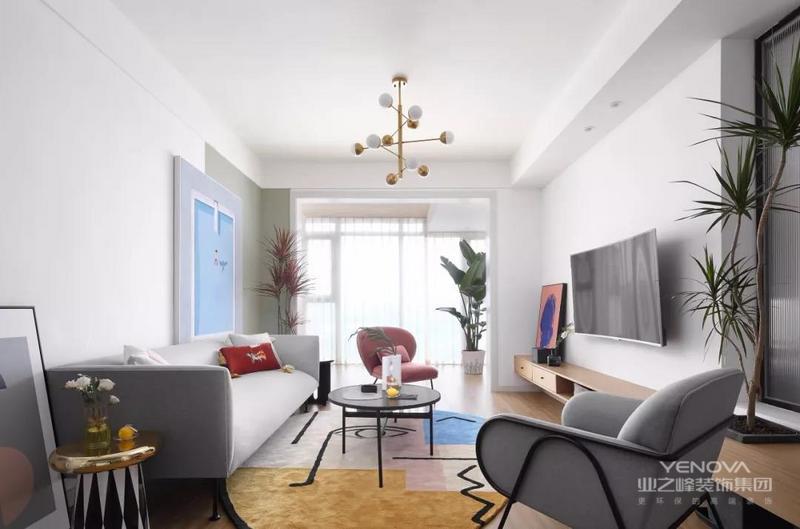 整个客厅以白色为主,通过浅灰色的沙发、粉色的单椅和黑色圆几满足日常之用,而拼接设计的地毯和挂画搭配个性的灯饰和软装家具营造出一种清新、文艺的感觉。