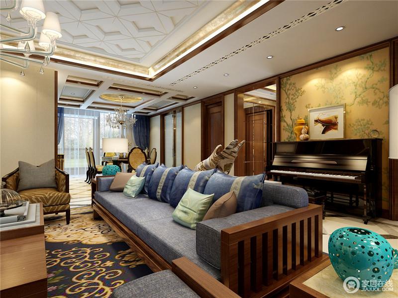 客厅的雕花石膏吊顶加重了空间的立体感,在灯带的掩映下,更为优美;新中式实木沙发的考究因为灰蓝色坐垫而显得格外素雅舒适,旁侧钢琴曲的背景墙以黄色花卉来提亮空间,满是东方之韵。