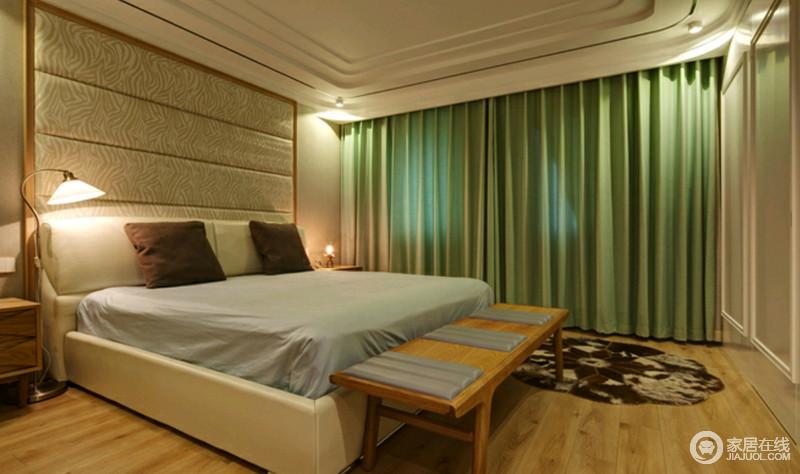 卧室并没有太多的主照明,以台灯来营造舒适的睡眠氛围,更为健康;软包背景墙搭配绿色窗帘十分清新,原木床尾凳和床头柜组合让家足够温馨、舒适。