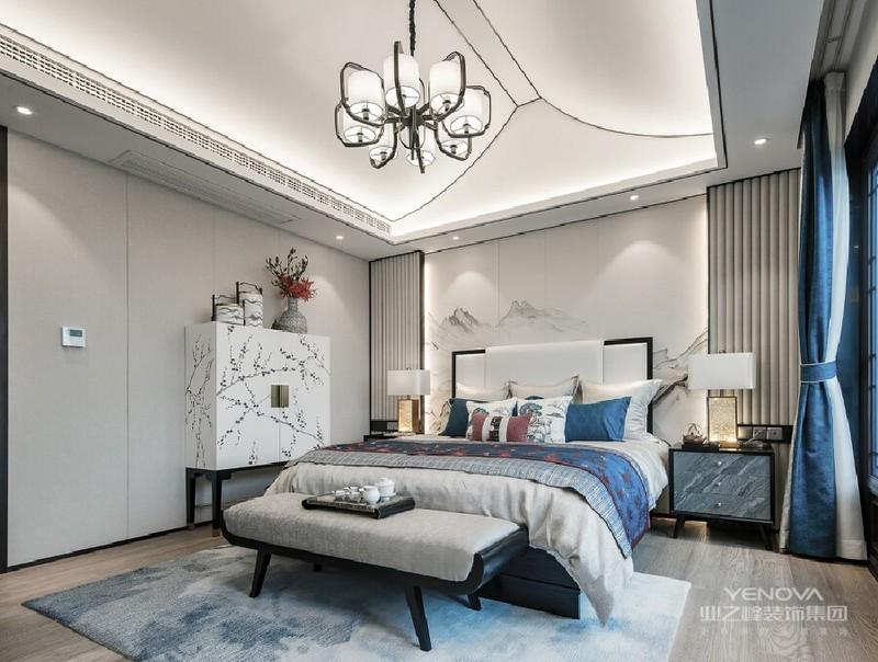 三楼的主卧,灰白空间里局部的蓝色微微点缀,水墨般的地毯铺开,清雅的色调,空间也变得更加温婉,蓝色如水,涓涓细流,竟有一种水中月、镜中花的缥缈。