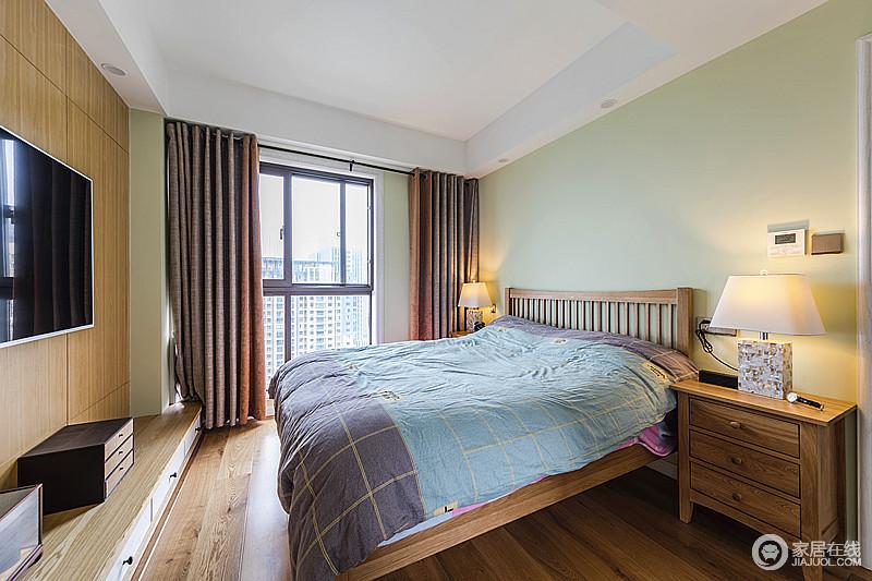 卧室以浅绿色粉刷墙面,搭配原木材质的床和家具,气息温和雅致;赤红色的窗帘为这个空间带来些许温度,让生活多了份温馨。