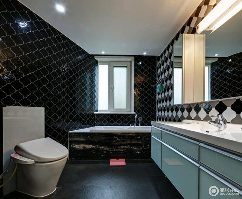 卫生间黑色菱形砖铺贴了立面,并以黑白色拼接设计来缓解原有的沉闷,带来几何美学;浴缸可以满足主人冬天泡澡的需求,蓝色盥洗柜搭配镜面悬挂柜解决了实用需求,让生活更为舒心。