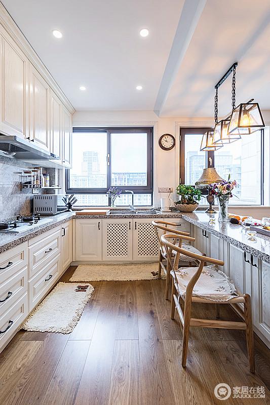 厨房和吧台自然和谐,同时兼带了餐厅的功能,分区的设计生活更为方便和利落;白色的橱柜搭配灰色台面,吧台也是如此,实用之余,因为新中式木椅和工业风的吊灯混搭出新时尚。