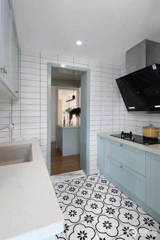 厨房还承担了走廊过道的责任,所以橱柜做了双一字形的布局方案,上方减少吊柜的设计,避免厨房显得太过拥挤,而小白砖搭配蓝色橱柜,让厨房给人耳目一新的感觉。