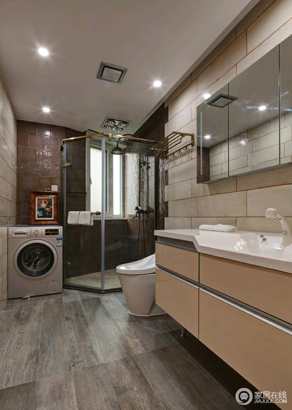 卫生间将靠窗区专用玻璃门隔起来,既不影响采光,也起到了干湿分离的作用;灰色木纹地砖搭米色仿旧墙砖耐磨又易于打理,香槟金的盥洗柜提亮了空间色彩,简单易于生活。