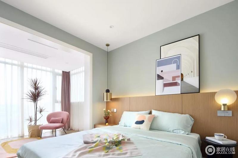 主卧室选择了做无主灯的设计方案,通过床头靠背后方的藏光和壁灯、吊灯等进行照明,绿色的背景墙搭配木色床头靠背,显得更加简约自然,而粉色单椅和清雅的床品,让空间柔和舒适。