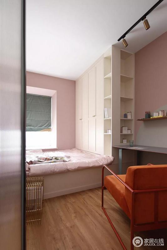 次卧的墙面和软装也同样是选择了粉色,足够甜美柔和;榻榻米床组合衣柜和书桌的设计可以满足屋主平时使用的需求,也增加了一些储物空间。