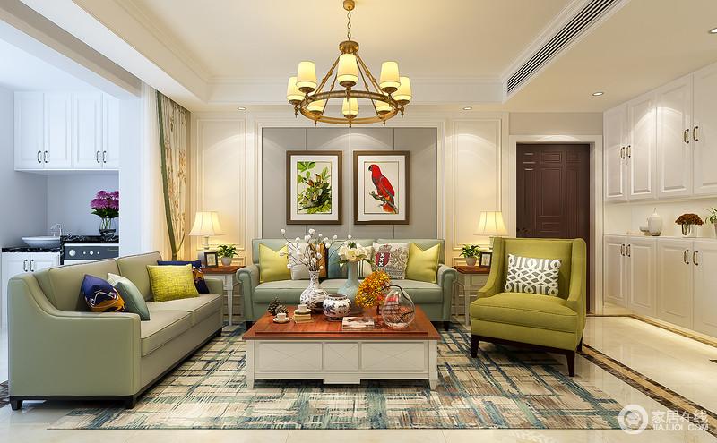 客厅背景墙上悬挂了两幅花鸟图,栩栩如生,是主人收藏的画品,与茶几上的瓶插花束,辉映出自然气息。