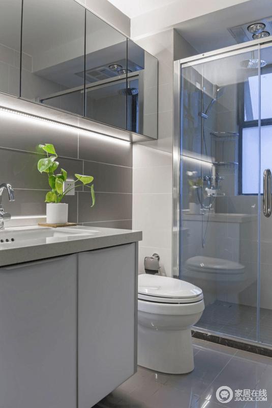 卫生间选用了屋主喜欢的灰色,透着现代简约雅致格调;通透的玻璃,做以干湿分离,保证空间的整洁。