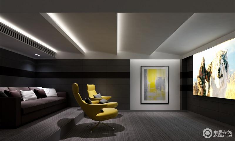 影音室里明暗色调相互搭配,墙面的软包和布艺地毯及天花的阶梯状设计有效隔音及传音,保证完美的视听效果;柠檬黄沙发椅与大幅画作色调形成呼应,与紫色沙发则高雅碰撞。