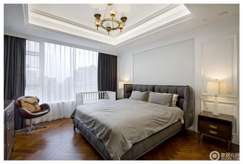 卧室白色为基调的搭配灰色的软包,让人觉得温馨放松。白色的薄纱窗帘让整个空间更显静谧。