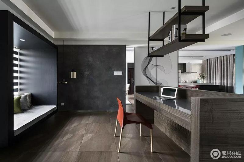 书房以褐色实木为主,从地面到书桌,色调厚重略冷,却因为木质的原因格外温实;吊式铁艺书架搭配飘窗处设计功能性十足,而红色单椅却激活了空间的色瓷;空间的另一个角落,餐厨结合,叠加释放延展,使开放场域自然而成,相互连贯,但又深浅有序,统一而有层次感。