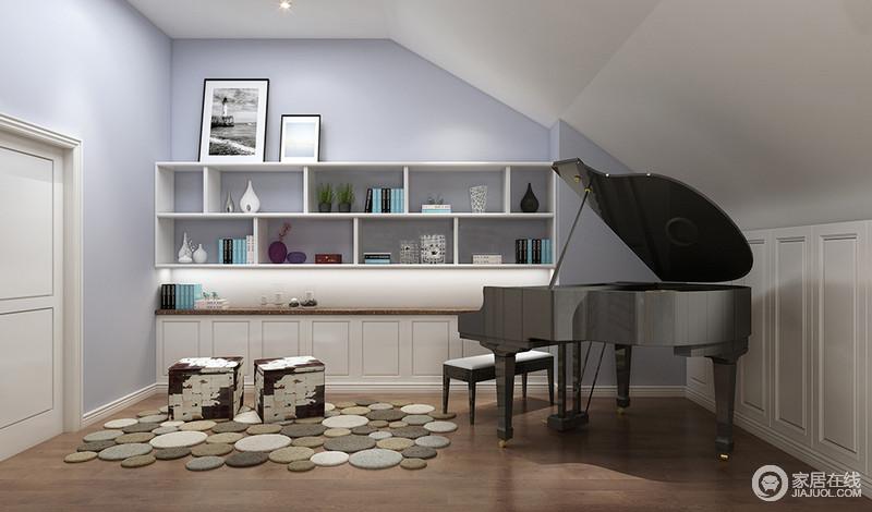 影音室因为吊顶高低不规则的造型而显出原始结构,设计师并没有进行太多的装饰,而是让其成为空间的一大层次之美;白色收纳几何柜与紫色的墙面交织出清缓柔和,让空间多份唯美;钢琴坐落在角落,地上的石子状地毯和咖白色方形坐墩营造出一种闲适感。