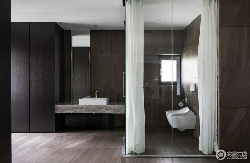 卫生间的空间也很大,设置了干湿分离后还能设置一个顶天立地的储物柜,增加实用性;玻璃淋浴区解决了干湿的问题,而石材的大理石盥洗台简洁利落,十分应景。