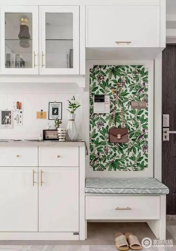 入户玄关,将餐厅背景墙当做入户背景,收纳柜兼具换鞋凳,置物台与鞋柜。