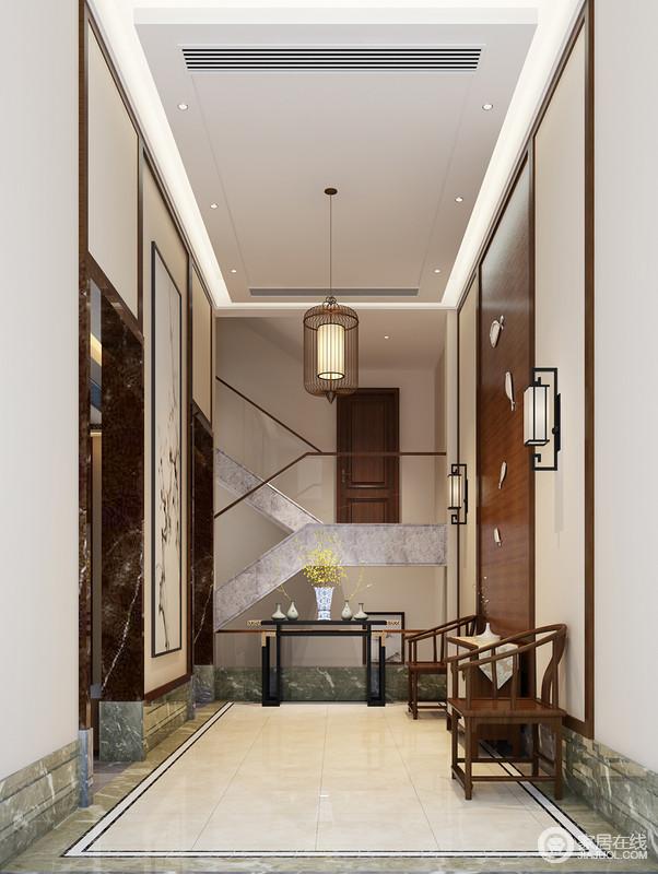 门厅以造景取设的方法,让空间性与美观性都得以升华,石材、玻璃和木材组合的楼梯带来新中式的凝练,而实木太师椅、黑檀木岸几无疑奠定了空间的东方禅静与尊贵,再加上器物的点缀,造就了雅致;笼形吊灯与新中式壁灯组合出新旧裹挟出的中式艺术,时刻都能感受到端庄与温和。