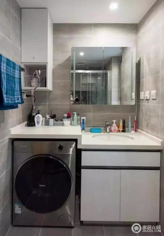 卫生间采用灰色和白色的基调,显得干净大方,防水泥质感的瓷砖铺设,更和谐统一。