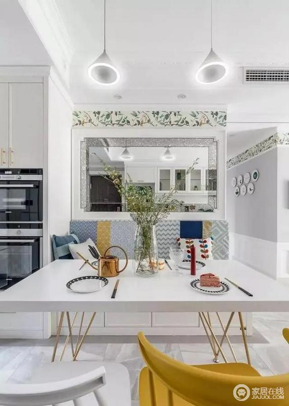 餐厅背景与厨房门之间设计电器高柜,将微波炉和烤箱放在餐桌旁,上方的柜子也兼具餐边储物功能。