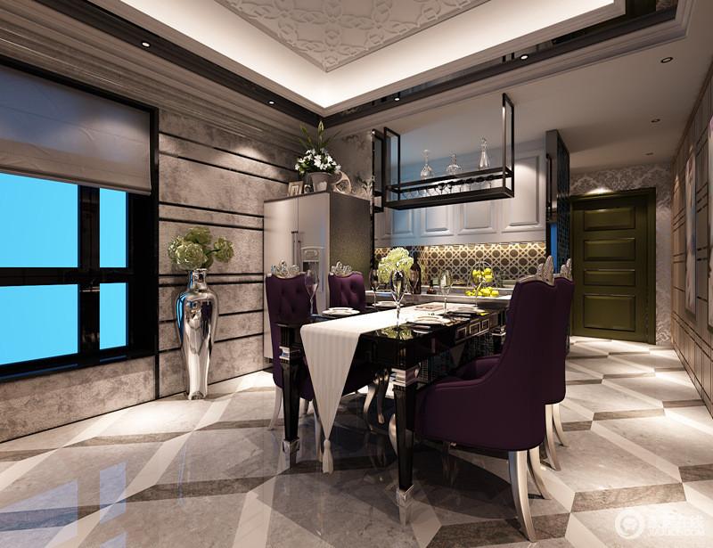 餐厅作为吃饭的地方非常的有格调,优雅的紫色餐椅搭配着黑色餐桌,一袭白色桌旗配搭,浪漫高雅的就餐氛围营造出来;上下组合酒柜间,马赛克花砖吸睛又创意。