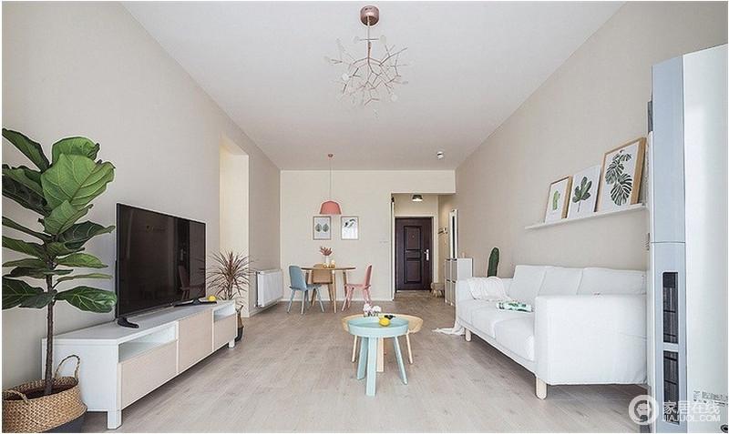 虽然整个房子空间不大,但设计感十足,让人感觉舒适而又惬意,墙面浅米色搭配原木地板,让生活升温;而北欧风的圆几搭配白色沙发,简单却满是清和设计带来的隽意。