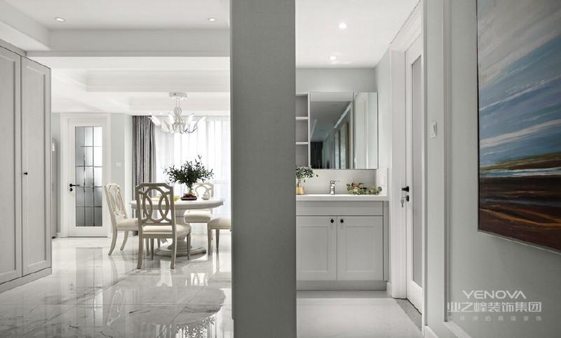在开放式的空间中,空间收纳是项费工夫却独具成就感的设计任务。厨房的空间更是重中之重:中西厨功能分开,中厨做饭、炒菜、煲汤,西厨洗水果、烧茶、榨果汁、豆浆、干粮储备柜......厨具的设计嵌于规则空间中,更显时尚精致。