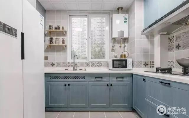 厨柜选用灰蓝色木饰面门板,灰褐色花砖作为腰线围绕台面一周,灶台面花砖作为主背景。