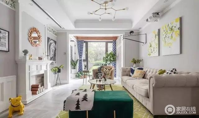 客厅的整体色调统一和谐,局部点缀亮色软装,阳台户外就是大片的草地,视野开阔阳光充裕。