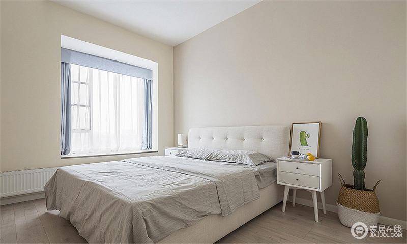主卧室内部延续了简洁的硬装氛围,搭配素雅的床铺和对称的布置,让人感觉到一股轻松慵懒的味道,十分惬意。