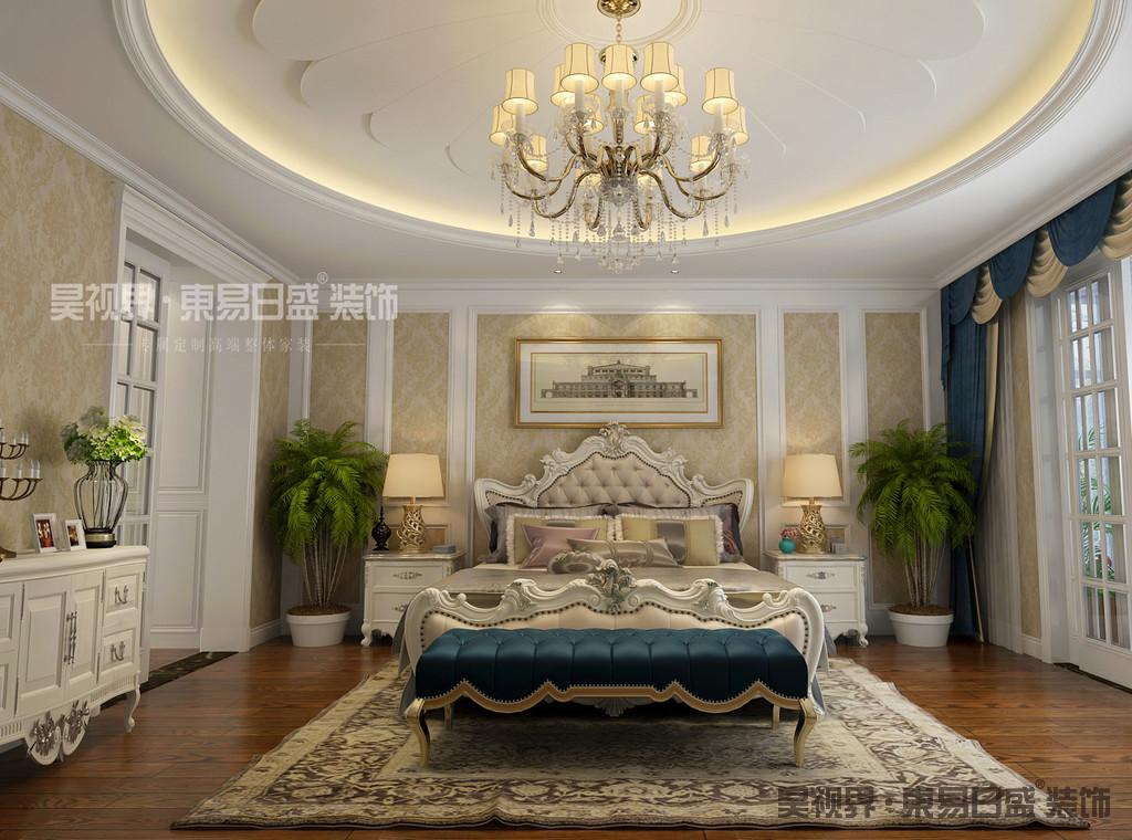 在设计的细节上室内摆放的那些家具,均是具有线条美感的家具,并在把手与床头等细节处,以铸铜、镀金、镀银、镶大理石等欧洲宫廷家具常用的制作手法来装饰美化。