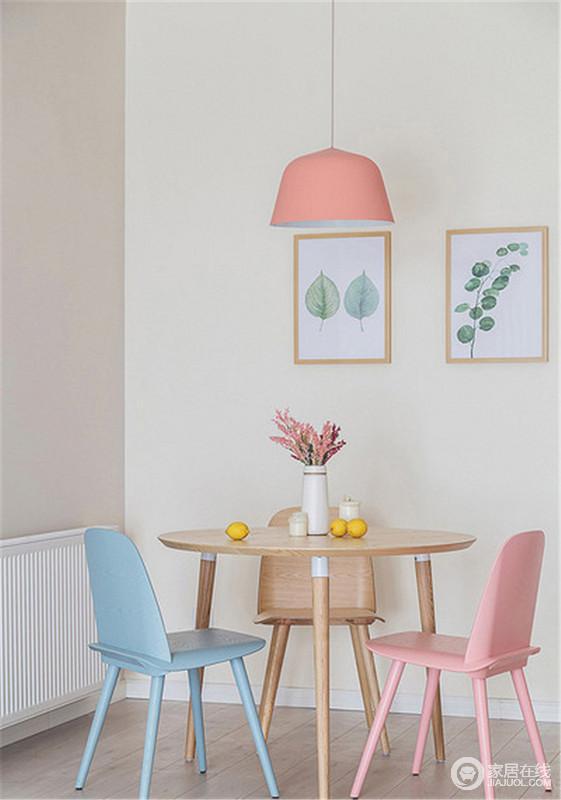 从餐厨看往客厅和玄关,开放式的设计更显宽敞,具有空间性;虽然整个房子空间不大,但设计感十足,粉色、蓝色的餐椅搭配北欧粉色吊灯,同时,配以植物简画,让生活充满自然朴质。