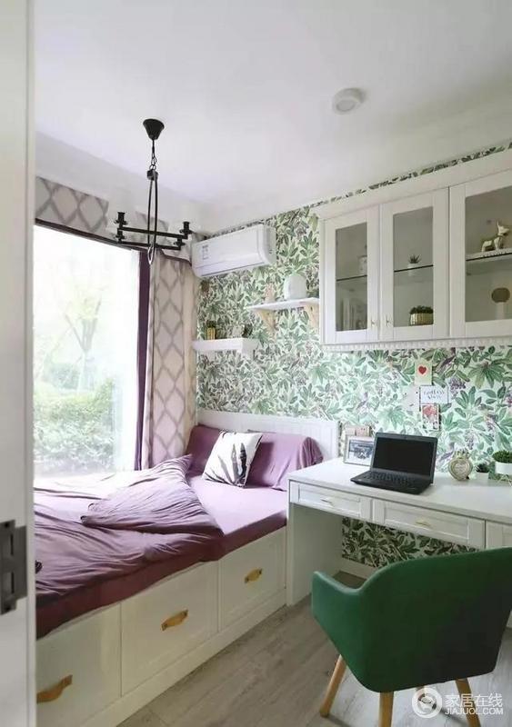 多功能房选用抹茶绿色系,花鸟壁纸作背景;背景中的紫色与绿色相呼应床品和单椅,整体色彩搭配富有饱和度却不显得溢满,依然很好的诠释美式的清新沁人。