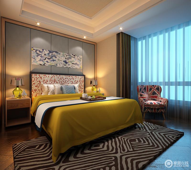 卧室空间很大,设计师在空间上大胆的使用色彩,使从床头到地面上,都充满着一种碰撞对比又非常和谐的时髦感。