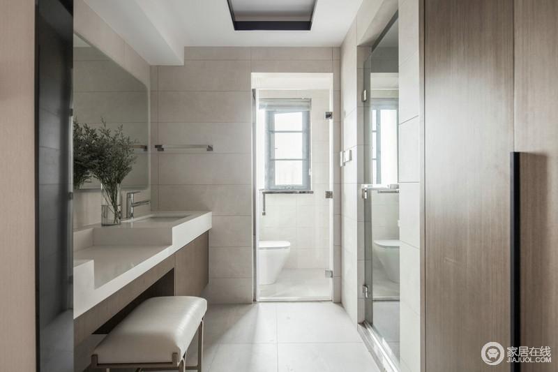 内卫属于开放式的设计,坐便和淋浴都互相独立干湿分离,紧挨着的浴室柜与化妆台正面相对,空间利用率100%,还释放了储物柜的空间。谁说卫生间不能美美哒?