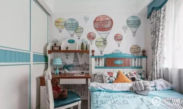 儿童房选配高环保的美式实木家具,浅孔雀蓝配搭玳瑁色原木家具,气球背景墙布的沙漠红与成品家具颜色相互呼应。