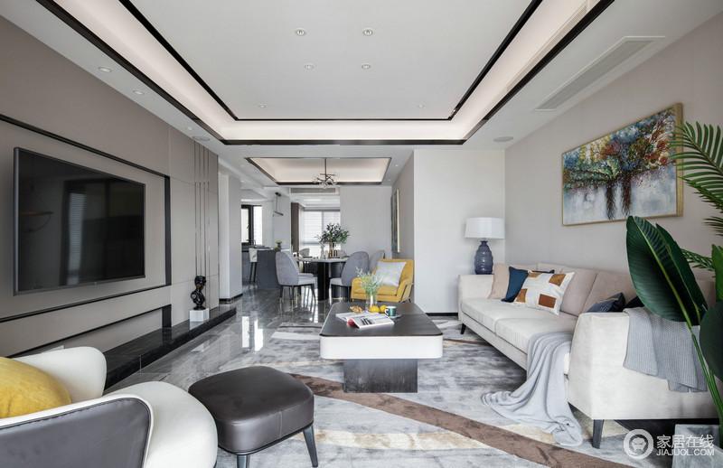整个空间比较开放,虽然空间与空间之间各有分区,却以较为开放式的设计,让整个空间形成互动性;规整的几何吊灯,因为金属条的装饰和灯带的嵌入设计,强调了几何美学;米白色沙发搭配黑白色的茶几实用之余,呼应着驼色线条感的背景墙,构成空间的规整和大气。