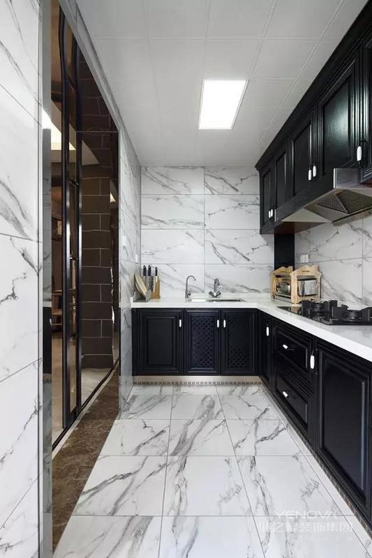 今天这个家140平,四室两厅两卫的户型结构,以新中式风格进行打造,家具采用的是黑白搭配,餐厅木质家具搭配灰色隔断很有质感。再加之新中式风的元素融入,拥有了古典的韵味。
