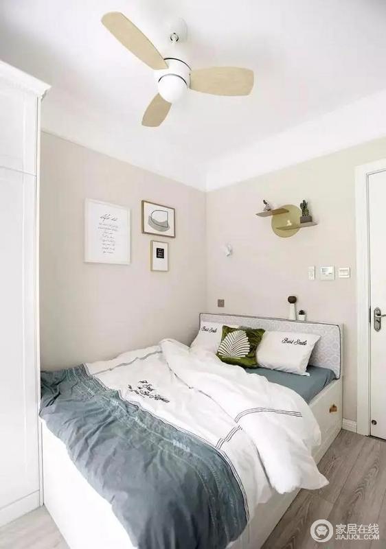 次卧与阳台相通,采光充足,选用清新淡雅的白鹭色乳胶漆,搭配暴风雨灰色系床品;点缀雪松绿抱枕,让空间尽量的明亮清爽。