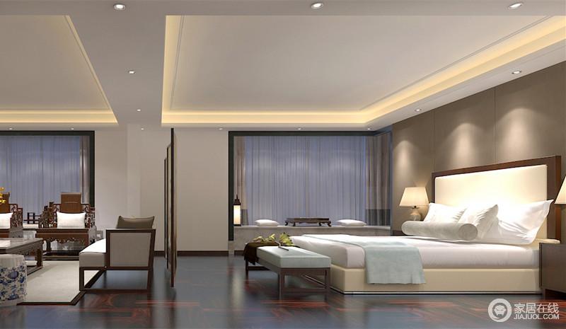 卧室的空间比较阔朗,设计师在中央饰以屏风作为私密隔断;没有设计主灯,以点光源营造,床头的驼色软包在光影下散发着温馨舒缓的情调,搭配清新淡雅的床品,营造舒适的安睡环境。