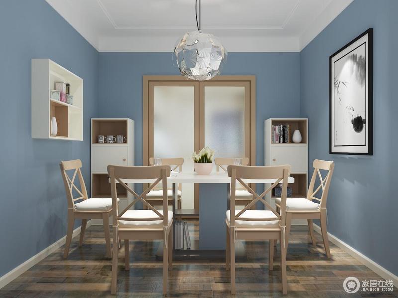 长方桌可以在儿女不在的时候靠边放,增加老爸老妈在家中的活动空间,当家人聚齐时也可方中心围坐。圆形餐桌对于期盼一家人吃饭的爸爸妈妈最适合不过了。它促进一家人沟通与交流、烘托用餐的温馨。